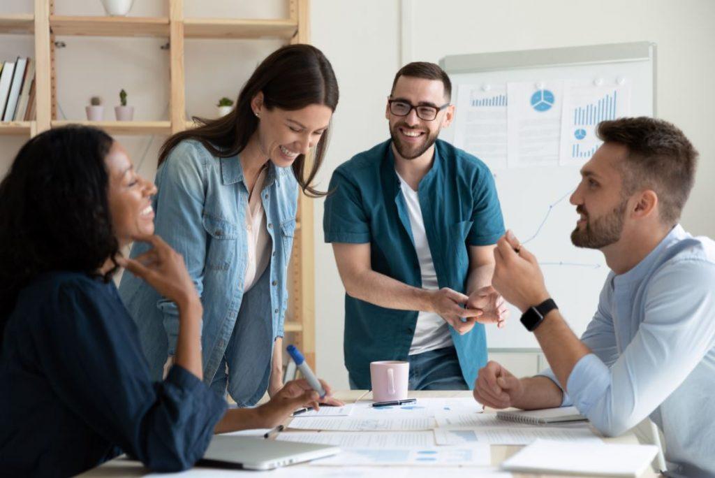 Jeunes actifs qui travaillent avec le sourire en entreprise