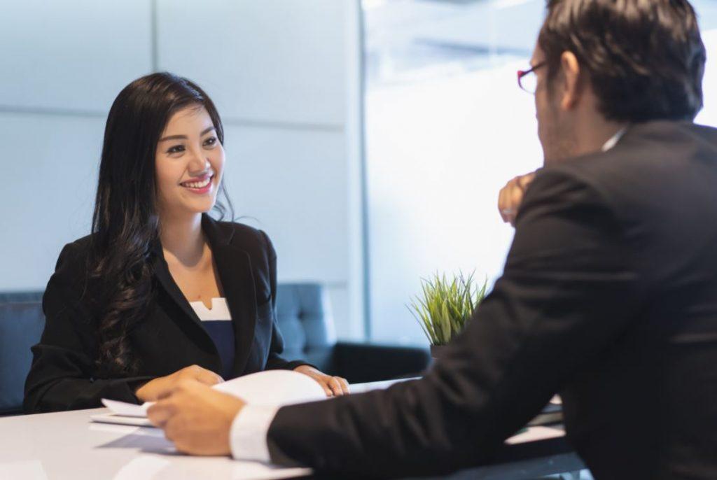 Candidate et recruteur en entretien d'embauche