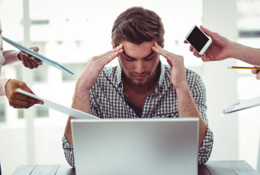Homme stressé par son travail