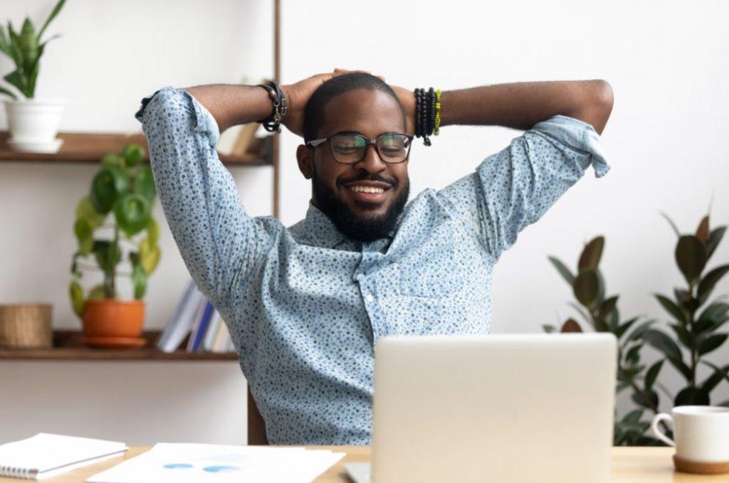 Homme serein au travail, qui n'a plus de stress
